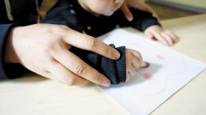 ▲拿起画笔,孩子很开心。