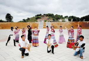 杨明将当地传统舞蹈,以山水舞台剧的形式进行了重新编排。