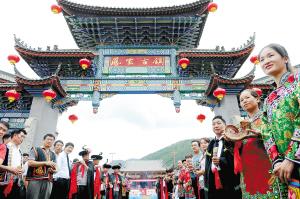 凤家古镇的村民热情迎客。 记者杨艳辉摄