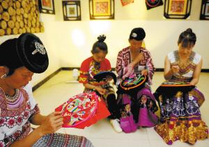 村民在民族刺绣传习馆里学习刺绣技艺。