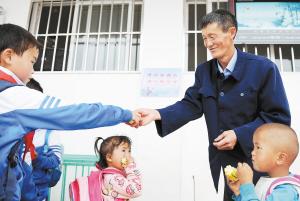 """为了给孩子们增加营养,王老师经常自掏腰包""""请客""""。"""