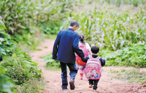 放学后,王老师把年纪小的孩子送回家。