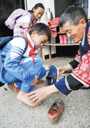 王老师自己花钱给孩子们买新鞋穿。