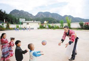 王老师给孩子们上体育课。