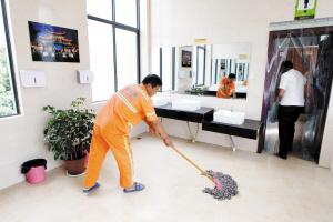 工作人员随时保持公厕卫生。