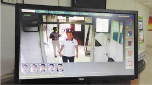 ▲电脑屏幕上显示的人员进入情况,绿框是信息已录入人员,红框是陌生人员。