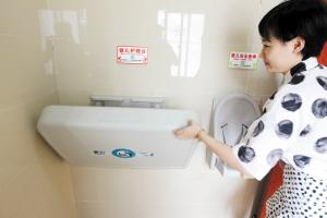 公厕内设有婴儿护理台和婴儿座椅。