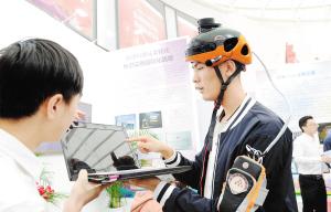 昆工团队专为残障人士设计的头盔受关注。记者杨艳辉摄