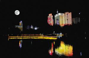 昨夜,一轮圆月映衬下,亮化了的盘龙江夜景格外美丽(二次曝光)。  记者杨艳辉摄
