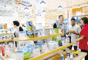进口商品受到市民欢迎。记者杨艳辉摄