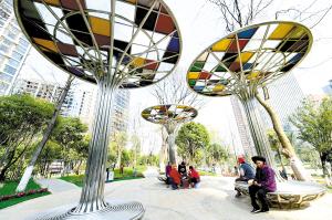 七彩小游园提升改造后游玩的市民增多了。