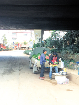 普吉立交桥下摊贩占道经营。