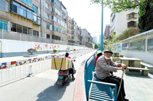 金庭农贸市场占道经营整治后,街道变得干净整洁。