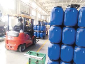 云南正邦科技有限公司车间内工人正在运输VAE浮液。 企业供图