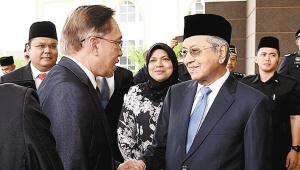 安瓦尔出狱后与总理马哈蒂尔见面。