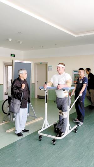 苏国辉院士指导外国患者进行步态训练。医院供图