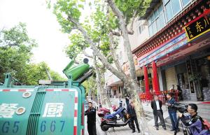西山区对几个辖区的餐饮企业的餐厨垃圾进行清运。记者赵伟摄