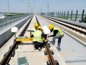 工作人员正在安装高铁轨道检测小车。   北斗高分公司供图