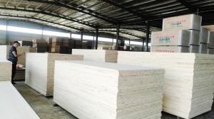 云南家伟木业有限公司满负荷生产,年产值可达1亿元。