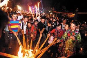 人们点燃火把一起欢庆节日。 记者杨艳辉摄