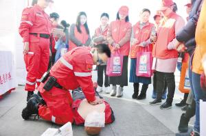 志愿者演示心肺复苏急救。记者刘凯达摄
