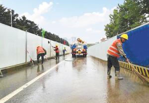 环卫工人在清洗工区路面。   本组图片记者刘凯达摄