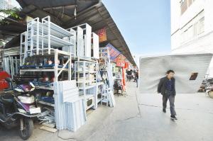 黄土坡旧货市场安全隐患大。记者王俊星摄