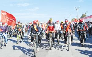 志愿者环滇池骑行。记者刘凯达摄