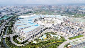 昆明滇池国际会展中心是集展会、酒店、商业、休闲于一体的多功能型国际会展中心。 记者周密摄