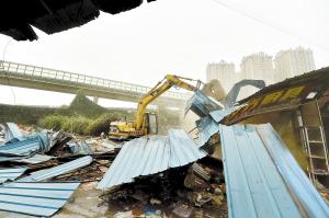 黄土坡旧货市场拆除现场。 记者王俊星摄
