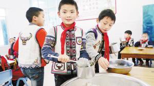 孩子们在明亮的食堂中用餐。