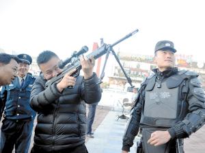 活动现场枪支展示。记者刘凯达摄