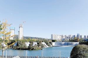 瀑布公园天蓝水碧。  本组图片记者杨艳辉摄