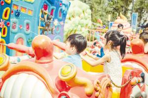 孩子们开心地玩耍。