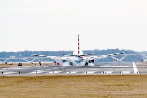 一架波音737 MAX 8降落在美国首都华盛顿。新华社