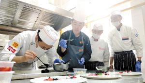 课堂上学习西餐制作。