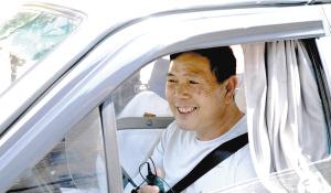 昆明天太热了,的哥杨师傅出车时都要打开空调。