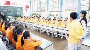 南站小学学生参加主题队会。  记者李海曦摄