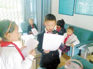 红领巾广播站队员们在准备稿件。  学校供图
