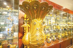 孔雀瓶已成为昆明市斑铜厂的经典代表作。   记者孟祝斌摄