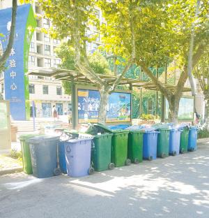 中昆·医大广场的垃圾桶又被塞满。