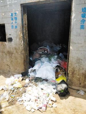 垃圾堆到收集房门口。