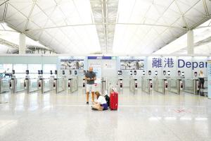 ▲图为游客在机场滞留。 新华社