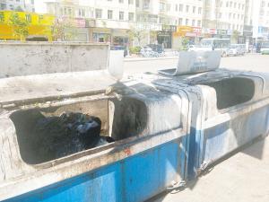 海源北路与慧谷路交叉口垃圾桶脏乱不堪。