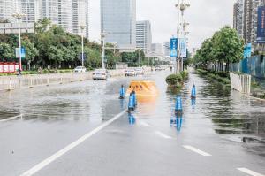 海源中路和人民西路交叉口积水深约25厘米。记者易鹏涛摄