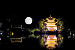 夜色中的大观楼。 记者杨艳辉摄
