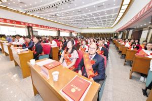 西山区教育大会昨日举行,表彰了教育工作先进集体和先进个人。记者王俊星摄