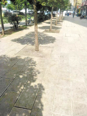 摊贩不见了,路面也变得干净又整洁。