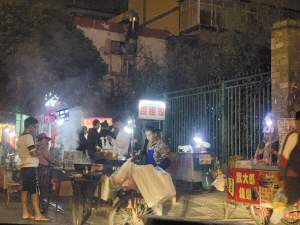 泰旸欣城门口小吃摊占道经营。