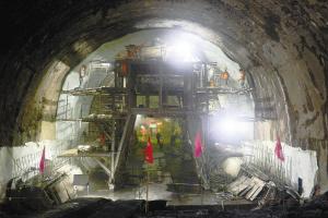 安定隧道出口至五号斜井顺利贯通。 中国铁路昆明局集团供图